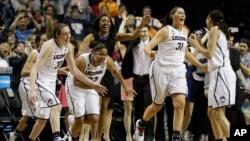 康涅狄格队在决赛中击败圣母大学队夺得全美女子大学篮球联赛冠军后,队员们欢呼雀跃。(2014年4月7日)