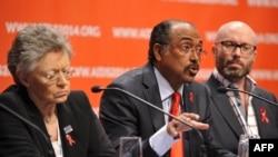 Giám đốc điều hành Hiệp hội Quốc tế về bệnh AIDS Michel Sidibe (giữa) phát biểu tại một cuộc họp báo cùng với Chủ tịch của Hiệp hội Quốc tế về bệnh AIDS, Francoise Barre-Sinoussi (trái) và người đồng chức Chủ tịch Brent Allan, Melbourne, ngày 20/7/2014.