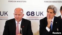 Menlu AS John Kerry (kanan) dan Menlu Inggris William Hague melakukan upaya bersama untuk menghidupkan kembali pembicaraan perdamaian Israel-Palestina (foto: dok).