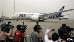 Pesawat Boeing 787 milik Maskapai penerbangan Jepang ANA (All Nippon Airways) mendarat di bandara Internasional Hong Kong dalam penerbangan komersialnya yang pertama (26/10).