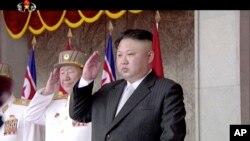 지난 25일 평양 김일성광장에서 열린 대규모 열병식에 김정은 북한 국무위원장이 양복 차림 참석했다.