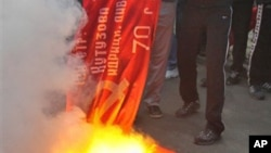 Националисты сжигают советский флаг во Львове. Украина. 9 мая 2011 г.