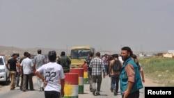 گروهی از ایزدیها که به خاطر حملات خشونتبار داعش به سنجار، در غرب موصل، از آن شهر میگریزند – ۱۴ امرداد ۱۳۹۳