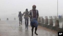 飓风在印度东部地区登陆