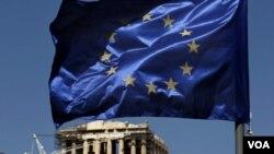 La bandera de la Unión Europea ondea en Atenas teniendo como telón de fondo las ruinas del Partenón.