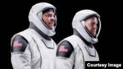 Dua astronaut NASA Doug Hurley dan Robert Behnken bersiap untuk peluncuran menuju stasiun antariksa internasional (ISS) hari Kamis (27/5).