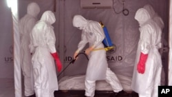 Des travailleurs de la santé à Monrovia (AP)
