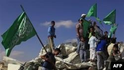 Arapska omladina u Izraelu kraj srušene džamije u beduinskom gradu Rahatu, 7. novembar, 2010.
