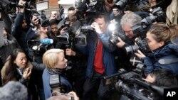 瑞典检察官在抵达厄瓜多尔大使馆是时被记者包围(2016年11月14日)