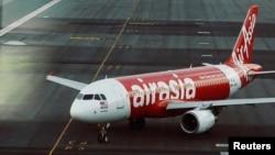 一架亚航空客320飞机在吉隆坡国际机场跑道上。(路透社)