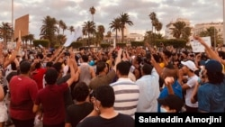 مظاہرین بدعنوانی، غربت، مہنگائی اور شہری سہولیات کے فقدان پر احتجاج کر رہے ہیں