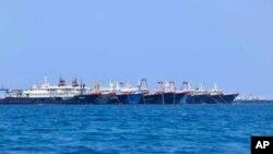 Tàu thuyền Trung Quốc neo đậu gần Đá Ba Đầu, có tên tiếng Anh là Whitsun Reef, Philippines gọi là Julian Felipe.