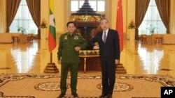 រូបឯកសារ៖ មេបញ្ជាការកងទ័ពមីយ៉ាន់ម៉ា ដែលបច្ចុប្បន្នជាមេដឹកនាំថ្មីរបស់ប្រទេស គឺលោកឧត្តមសេនីយ៍ Min Aung Hlaing និងលោក Wang Yi រដ្ឋមន្ត្រីការបរទេសចិន ថតរូបជុំគ្នាក្នុងអំឡុងពេលកិច្ចប្រជុំរបស់ពួកអស់លោកនៅរដ្ឋធានីណៃពិដោរ មីយ៉ាន់ម៉ាកាលពីថ្ងៃទី១២ ខែមករា ឆ្នាំ២០២១។