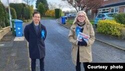 북한 꽃제비 출신으로 다음달 실시될 영국 지방선거에서 덴턴 사우스 지역구의 보수당 후보로 출마한 티모시 조 씨(왼쪽)가 선커 캠페인 지지자들과 함께 지역구 유세에 나섰다. 사진=티모시 조.
