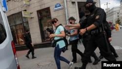7月28日白俄羅斯軍警在明斯克拘捕記者。(資料照路透社提供)