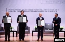 Participantes muestran el Memorando de Entendimiento firmado de Venezuela en el marco de la proceso de negociación y diálogo, durante una reunión para buscar consensos sobre cómo superar las crisis económicas y sociales que azotan a Venezuela. 