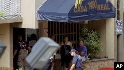 Regu penolong memasuki apartemen Casa Real di kota Hialeah, Florida (27/7). Seorang pria dilaporkan tewas ditembak di depan apartemen ini, dan lima lainnya di dalam gedung. Seorang bersenjata yang diidentifikasi bernama Pedro Vargas, pelaku penembakan ini, tewas ditembak polisi khusus (SWAT) .