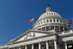 Američka zastava vijori se na zgradi Kongresa u Washingtonu.