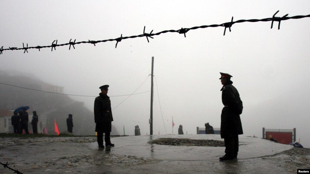 在中国与印度锡金邦交界的乃堆拉山口执勤的中国边防军人(2006年7月,资料照片)