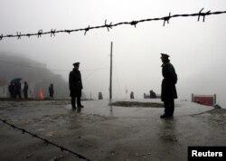 2006年7月6日,在西藏与印度东北部的锡金邦之间,中国军人守护着山口。