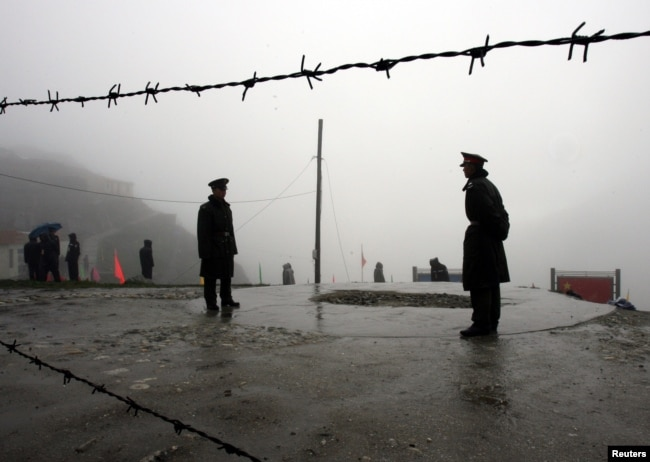 2006年7月6日,在西藏與印度東北部的錫金邦之間,中國軍人守護著山口。