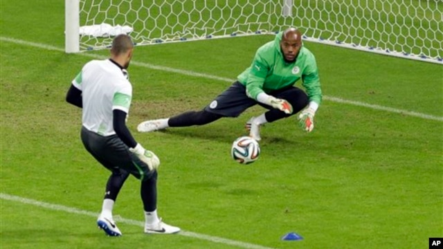 Algeria's goalkeeper Rais Mbolhi, right, during official training session before Group H World Cup soccer match against South Korea, Estadio Beira-Rio, Porto Alegre, Brazil, June 21, 2014.