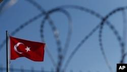 铁丝网后的土耳其国旗
