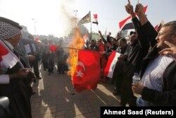 Bağdat'ın Tahrir Meydanı'nda Türk bayrağı yakan Iraklı protestocular