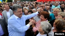 Ukrainian presidential candidate Petro Poroshenko meets with supporters in Uman, Cherkasy region, May 20, 2014.