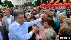 2014年5月20日乌克兰商人,政治家和总统候选人波罗申科在乌曼会见支持者