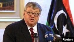 피터 보데 리비아주재 미국대사가 23일 트리폴리에서 리비아통합정부 고위 관리들과의 회담을 마친 후 기자회견에서 발언하고 있다.