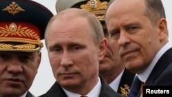 세르게이 쇼이구(왼쪽) 러시아 국방장관이 블라디미르 푸틴(가운데) 대통령과 함께 군부대를 시찰하고 있다. 오른쪽은 알렉산더 보트니코프 연방보안국장. (자료사진)
