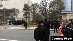 警察在苏州中院外面阻止民众声援范木根 (尹旭安提供)
