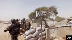 Des soldats camerounais en poste contre Boko Haram au pont sur l'Elbeid, Fotokol, Cameroun, le 25 fevrier 2015