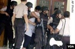 Proses penangkapan tersangka pengeboman, Januari 2010. Pemberantasan terorisme termasuk agenda yang akan dibicarakan antara Robert Gates dan Purnomo Yusgiantoro.