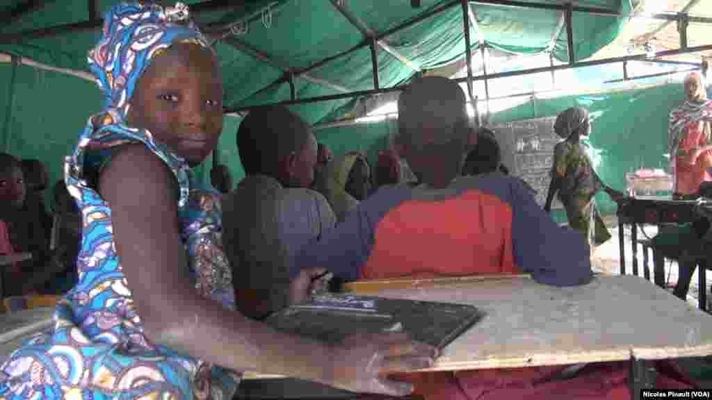 Une écolière de Bosso dans la région de Diffa, Niger, le 19 avril 2017 (VOA/Nicolas Pinault)