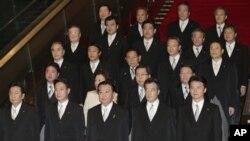 PM Jepang Yoshihiko Noda (barisan paling bawah, tengah) berfoto bersama susunan kabinet terbarunya di rumah kediamannya di Tokyo (1/10).