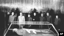 1977年9月10日,(站立者前排左起)华国锋、叶剑英、邓小平、李先念、汪东兴瞻仰毛泽东遗体