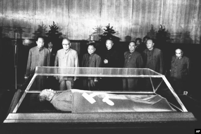 1977年9月10日,(站立者前排左起)华国锋、叶剑英、邓小平、李先念、汪东兴瞻仰毛泽东遗体。戴晴是中共元老叶剑英的养女。毛泽东终身执政,掌权到死。