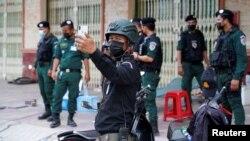 21 Nisan 2021 - Kamboçya'da, Corona virüsü pandemisi önlemlerini uygulamak için oluşturulan bir güvenlik noktası