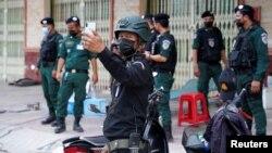 Cảnh sát Campuchia tại chốt kiểm soát trong cuộc phong tỏa để chặn sự lây lan của COVID-19 ở thủ đô Phnom Penh, Campuchia, 21/4/2021. REUTERS/Cindy Liu