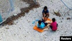 Anak-anak bermain di pusat tahanan yang dikelola Australia di pulau Nauru (foto: Amnesty International/Reuters).