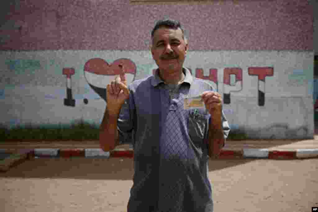 Cử tri Ai Cập thể hiện niềm hãnh diện sau đi bỏ phiếu (VOA)