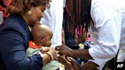L'ex-première dame du Burkina Faso, Chantal Compaoré, aidant à vacciner un enfant contre la méningite en décembre 2010.