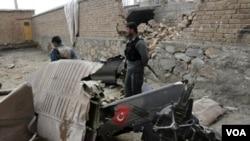 Sebuah helikopter NATO yang membawa 12 tentara Turki jatuh menimpa rumah di pinggir ibukota Kabul (16/3).