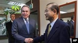 美國東亞和太平洋事務助理國務卿坎貝爾(左)與南韓高級談判代表林宋南(右)。(資料圖片)