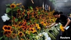 香港活动人生梁凌杰在6月16日反送中活动中丧生。香港民众在为他临时搭建的祭台前献花。(2019年7月11日)
