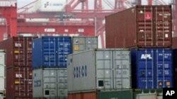 中国3月出现贸易顺差。图为中国一港口堆放的集装箱(资料照)