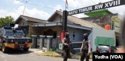 Suasana menggeledah rumah seorang tersangka teroris, berinisial JND, yang ditangkap oleh Detasemen Anti-teror di Nayu Nusukan Solo Timur, Senin, 18 November 2019. (Foto: VOA / Yudha)