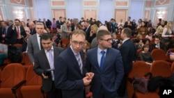 Члени общини Свідків Єгови чекають у суді в Росії, 2017 рік. Діяльність цієї общини в Росії було заборонено судом